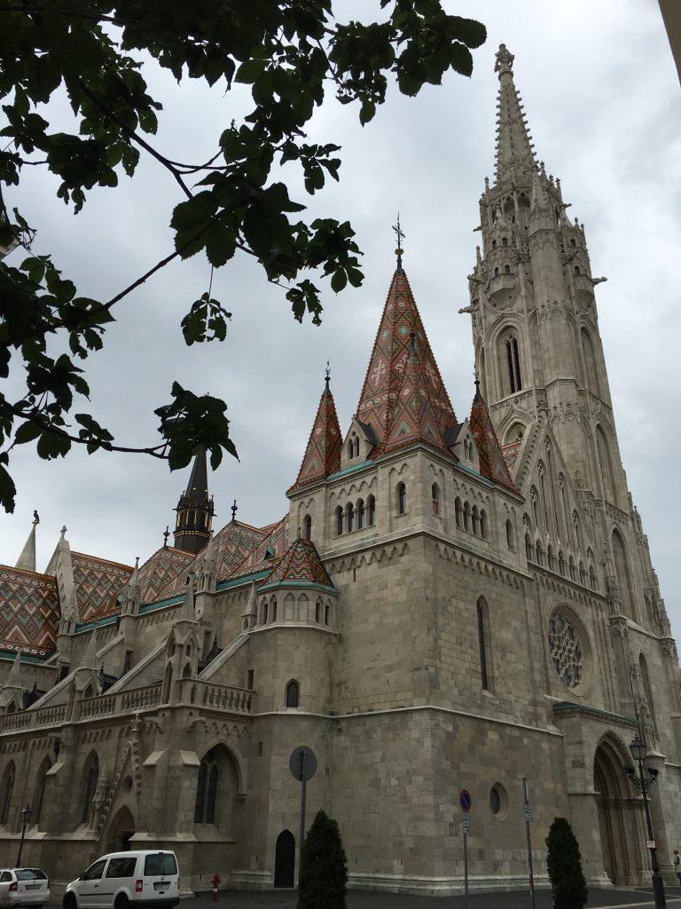 代々王家の戴冠式が行われた由緒ある教会。オスマントルコの治世下ではモスクとして使われていましたが、その後本来の姿へと修復活動が行われています。修復の際、ハンガリー独自のデザインが加えられたこともこの存在感を作り出しているのでしょうか。