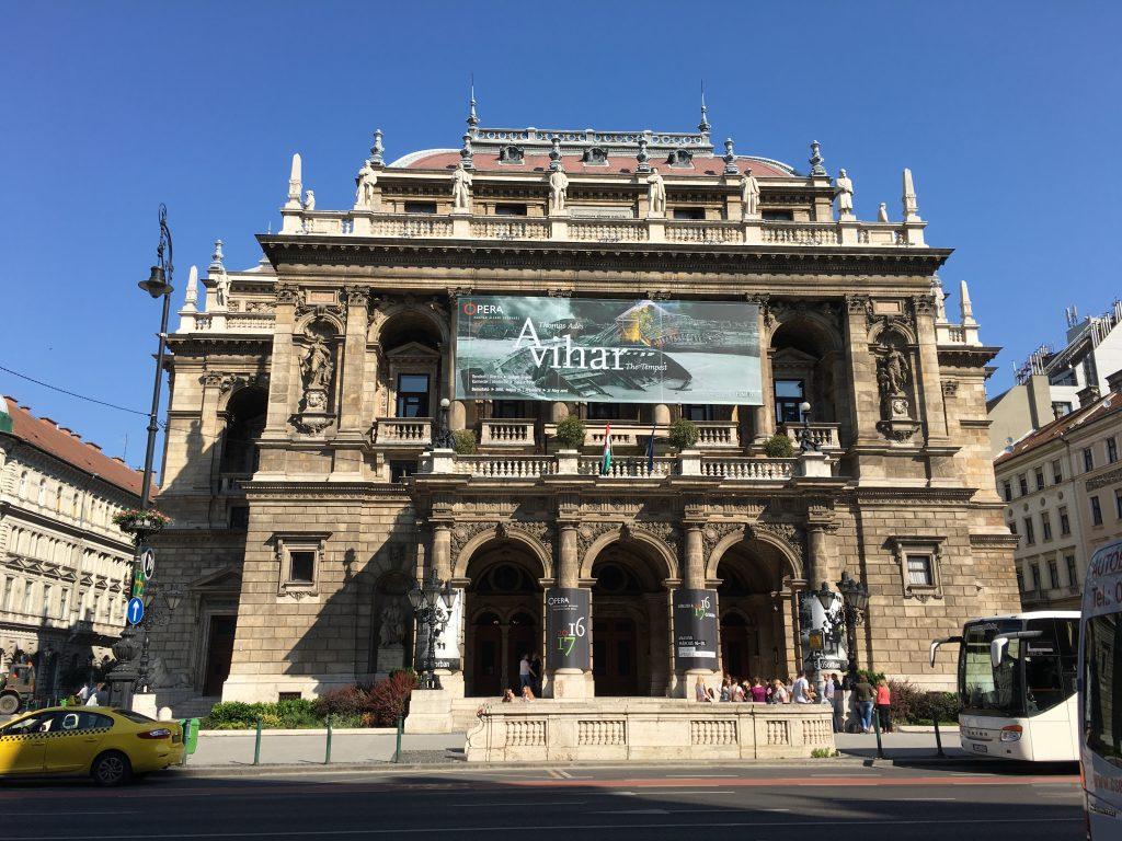 ブタペストのオペラハウス。 中には皇帝専用の廊下があったりして大変趣きのある建物ですが、3階席は学生に無料開放するくらいカジュアルに使われています。(席代も日本円で600円程度!)音楽が生活に身近なんですね。