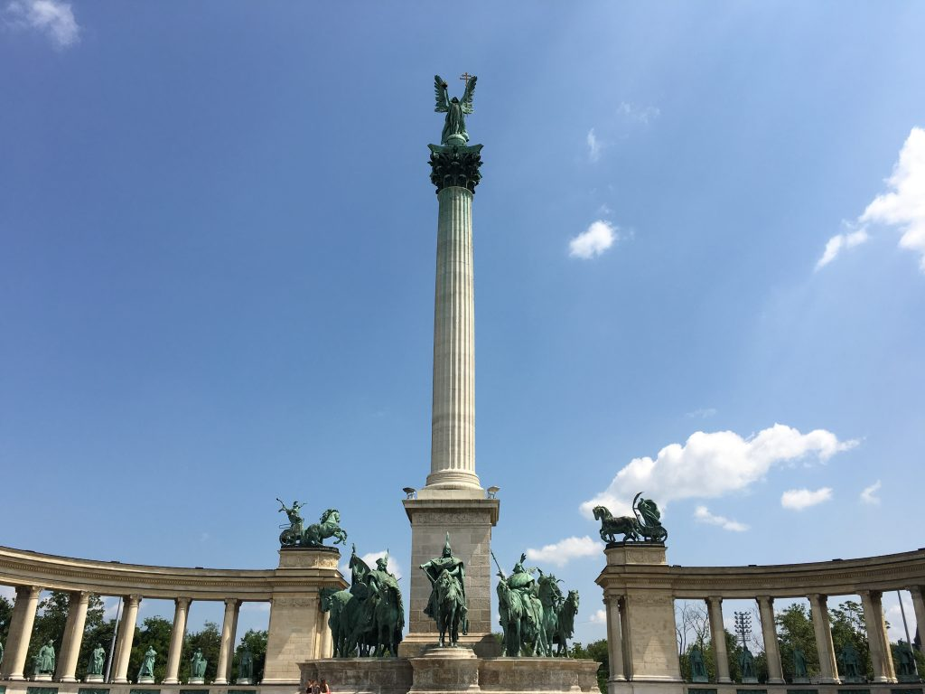 世界遺産にも登録されている「アンドラーシ通り」の終点に位置する広場で、もっとも多くの観光客が訪れるそうです。建国 1000 年記念碑は高さ 36 m (118 フィート) の白い円柱で、頂上に大天使ガブリエルの像が飾られています。記念碑の後ろにある低い列柱には、戦争と平和、労働と繁栄、学問と栄光を象徴する銅像が並び、一体ずつがかなりの存在感です。記念碑の台座を囲むように置かれている騎馬像も立派です。895 年にハンガリー人を率いてカルパティア山脈を征服したアールパードとハンガリーの 7 つの部族の長を称えた像だそうです。