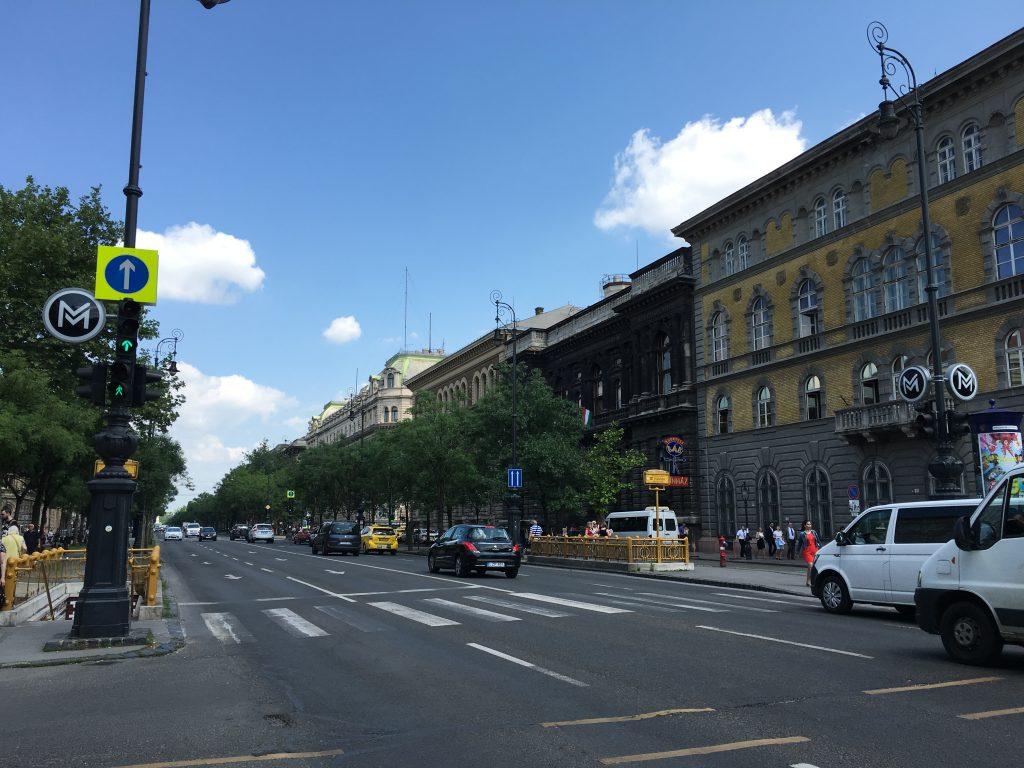 ハンガリーの首都ブダペストにおいてエルジェーベト広場(Erzsébet tér)とヴァーロシュリゲットをつないでいる大通りで、その歴史は1872年に遡る。通りには、美しいファサード、階段室、内装などを備えた折衷主義的なネオルネサンス様式の宮殿や邸宅が立ち並んでおり、その地下を走るブダペスト地下鉄1号線などとともに、2002年にユネスコの世界遺産リストに登録された。(wikipediaより引用)