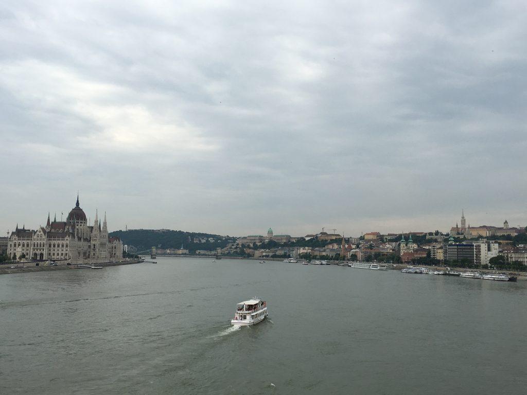 ドナウ川のど真ん中、橋の上に撮影スポットを発見し、撮影した日常の姿。 クルージングツアーも頻繁にあるため、そのための船が両岸のあちこちに停泊している。