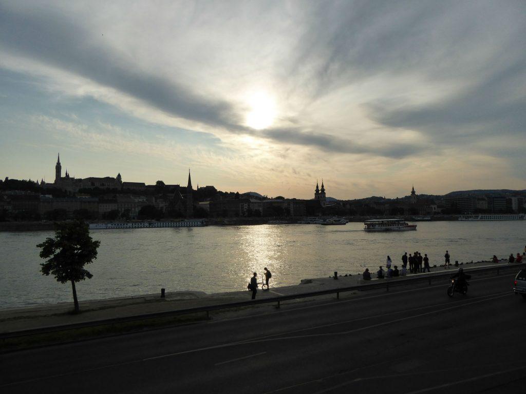 夕暮れ時のドナウ川